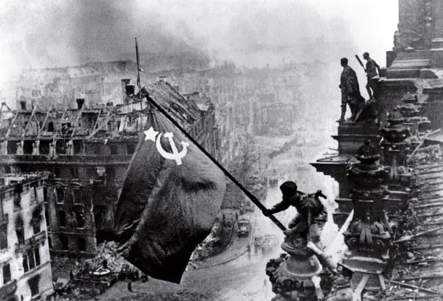 yevgeny-khaldei-raising-flag-reichstag-36.jpg